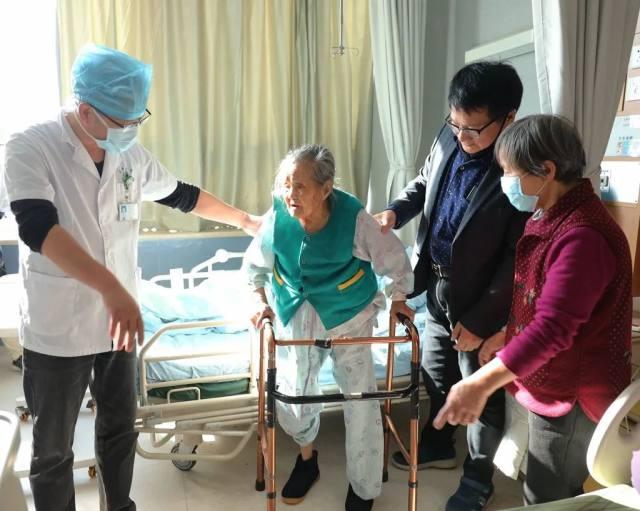 慈林医院骨科中心成功为百岁老人实施人工股骨头置换术!