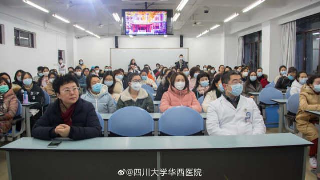 华西医院 550 名志愿者陆续上岗 在门急诊为来院患者测体温