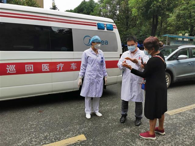 名逸医院巡回医疗队开进封闭社区  为居民上门送诊