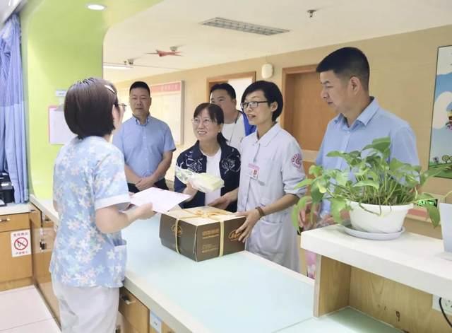「护士节」邂逅「母亲节」,永康市妇保领导带上礼物进行科室慰问