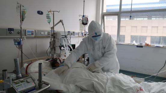 施秉银:援武汉医疗队走进重症隔离病房的院长