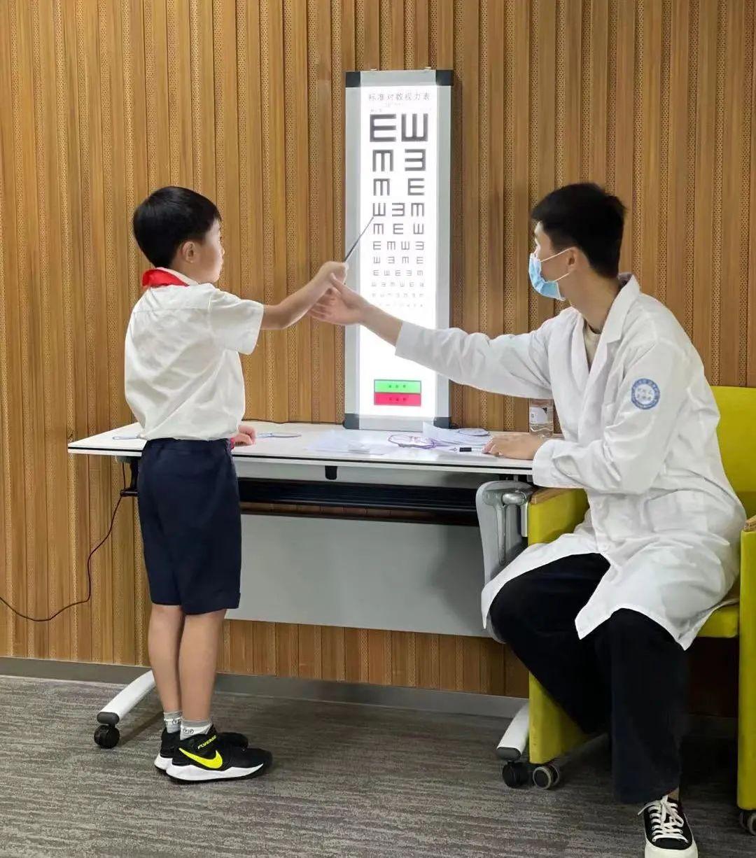 探究眼睛的奥秘——上海市七宝外国语小学走进上海美视美景眼科中心