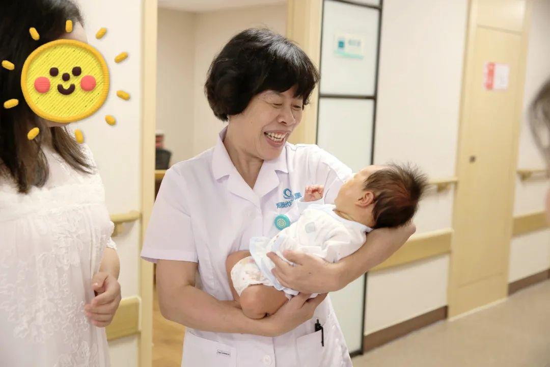 高龄女子不孕多年,「试管」助孕成功,一家人携宝宝送锦旗鲜花致谢