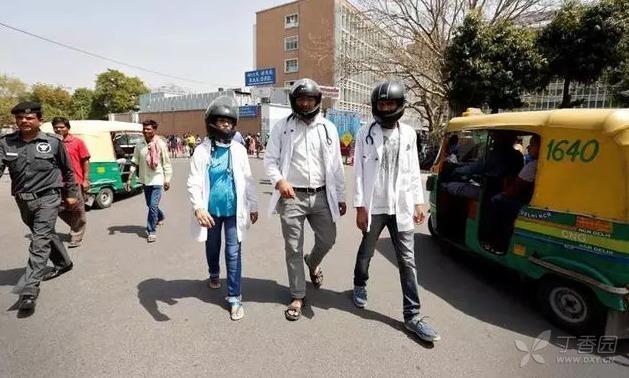 为了保护自己,这些医生戴着头盔上班