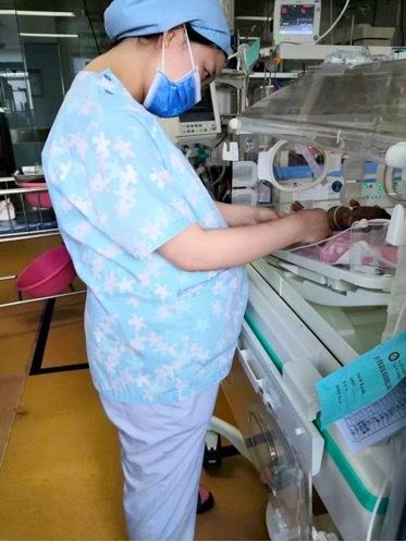 挺着孕肚,推迟婚期...... 九江市妇幼保健院天使坚守的身影勇敢而坚定