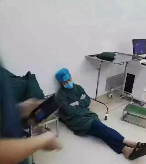 一医生连做 20 台手术后就地睡着 被赞「最美睡姿」