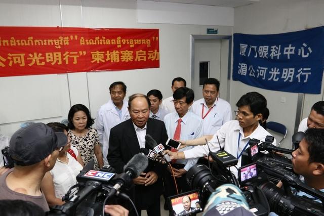 中国援助柬埔寨光明项目启动 半天完成了 20 台高难度手术