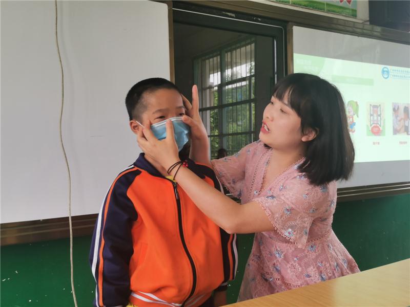桂林银行、南溪山医院携手到全州东山小学开展「六一」慰问