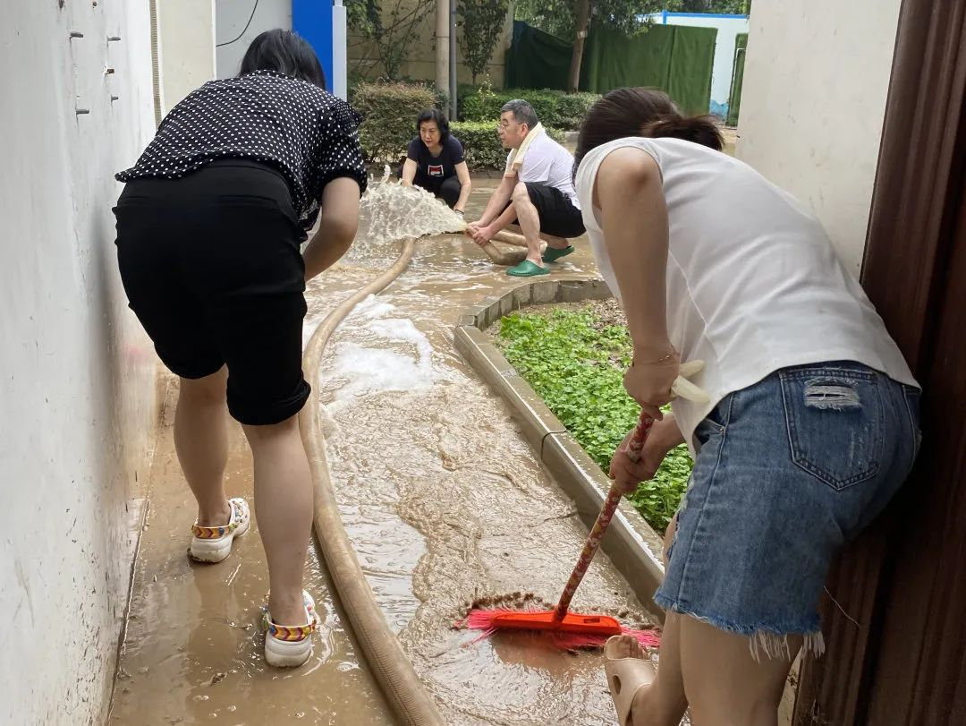 直面洪涝,风雨同担——郑州大学第五附属医院全院职工筑就安全堤坝