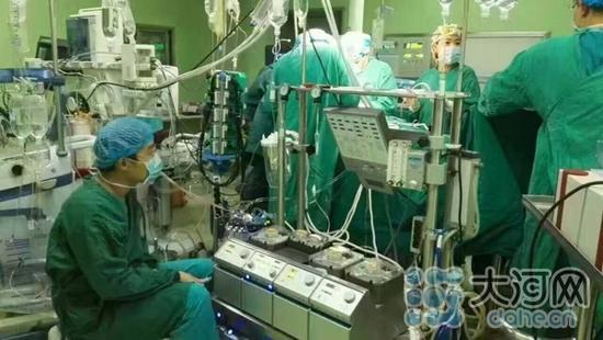 郑州医生连续工作 34 小时后靠墙角睡着 网友直呼心疼