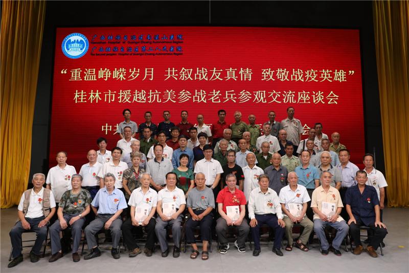 桂林援越抗美老兵披风冒雨来相聚,致敬南溪山医院战疫英雄
