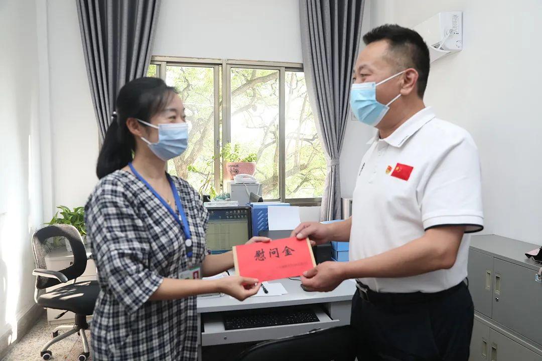 湘潭市中心医院慰问奋战在疫情防控一线的医务人员