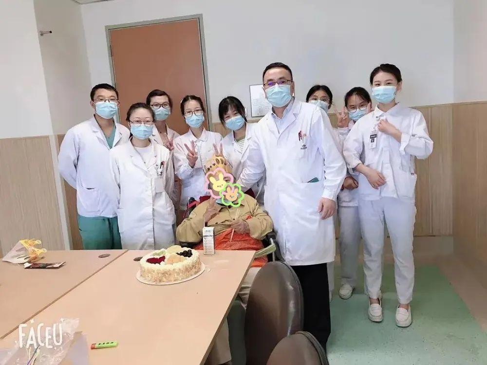 苏州明基医院医护「儿女」为阿尔茨海默病老英雄过生日