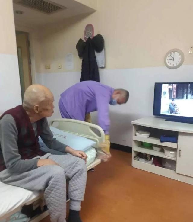 首都医疗集团:疫情之下,以「女儿式」的亲情服务守护老人健康