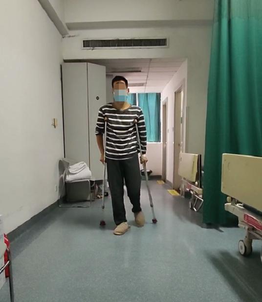 轮椅入院、走路回家 骨科医生刨除病根后瘸了 20 多年的他终于正常行走