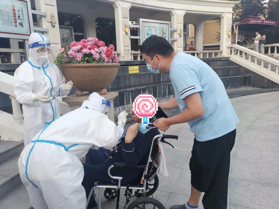 可可爱爱,康复科护士在防护服上作画 化身「灵魂画手」