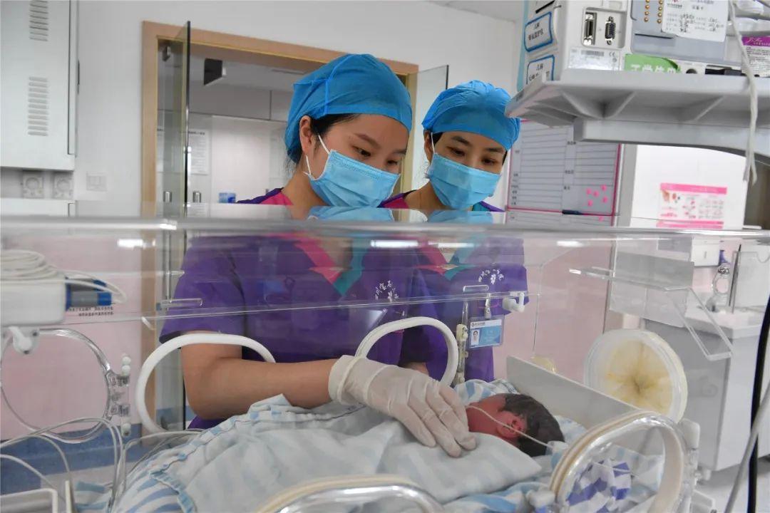 四川宝石花医院胡游界:成功从死神手里抢回新生儿的那一刻,我很开心