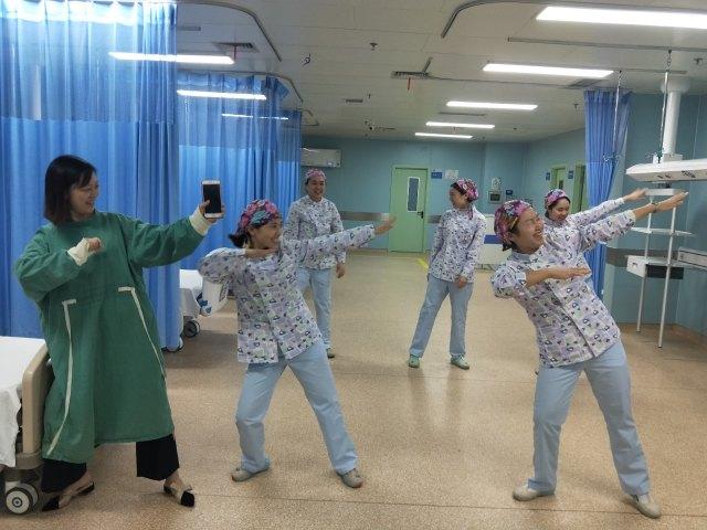 这家医院好巴适,院长带头跳劲爆健身操!