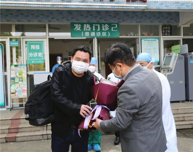 广州从化新冠肺炎患者治愈出院,护士送他 365 颗幸运星