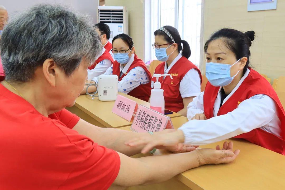 杭州市萧山区第一人民医院「我为『七一』添光彩 百场千医」义诊活动进社区 