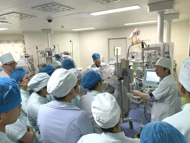 刷新记录!仅 500 克重的「纸片宝宝」健康出院