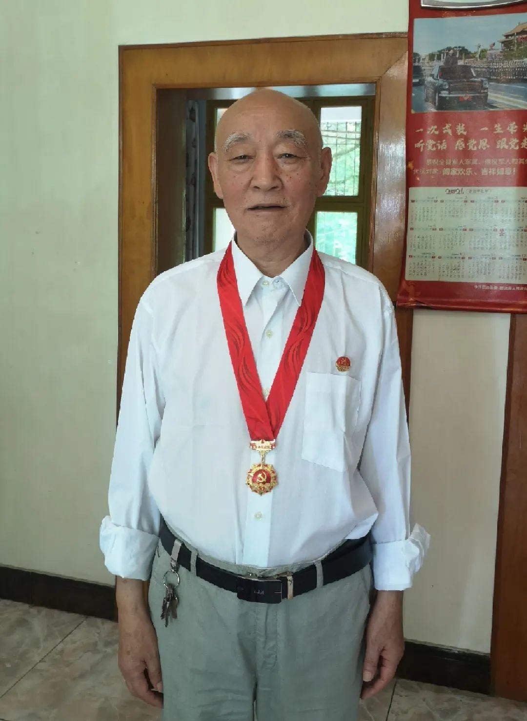 岳池县人民医院 15 名老党员荣获「光荣在党 50 年」纪念章