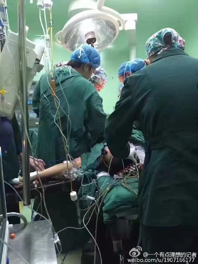两张照片震撼人心:床上的产妇在抢救 地上累晕的医生也在抢救