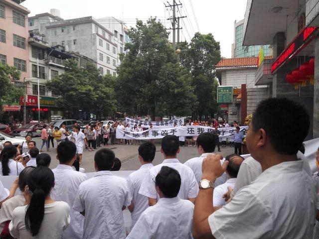 医生被逼下跪被殴打 湖南省又发生一起恶性伤医事件