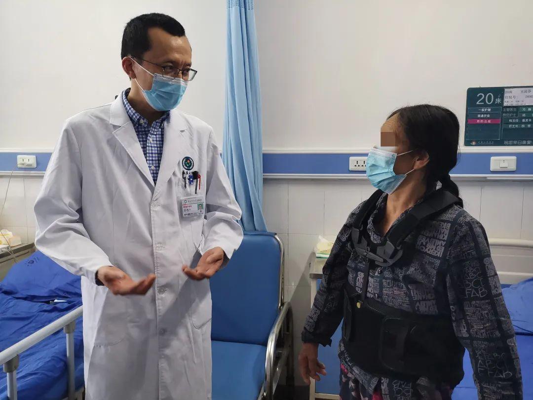 在地震灾区一线,他为伤员完成了一场高难度手术