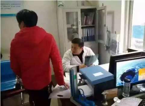 又一名青年医生累倒在手术台上 年仅 35 岁