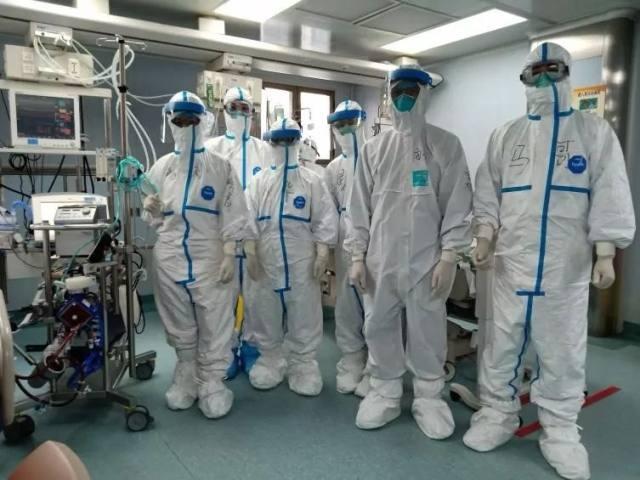 广东两名危重新冠肺炎兄弟患者在 ICU 第一次握手