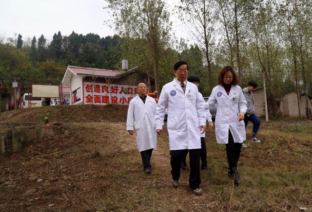 八旬医生四年行走乡村,让 220 个生命有尊严地谢幕!