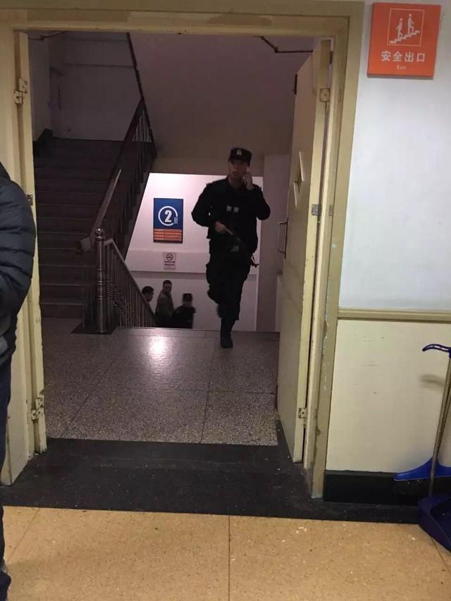 江苏省人民医院一男子持刀劫持女护士