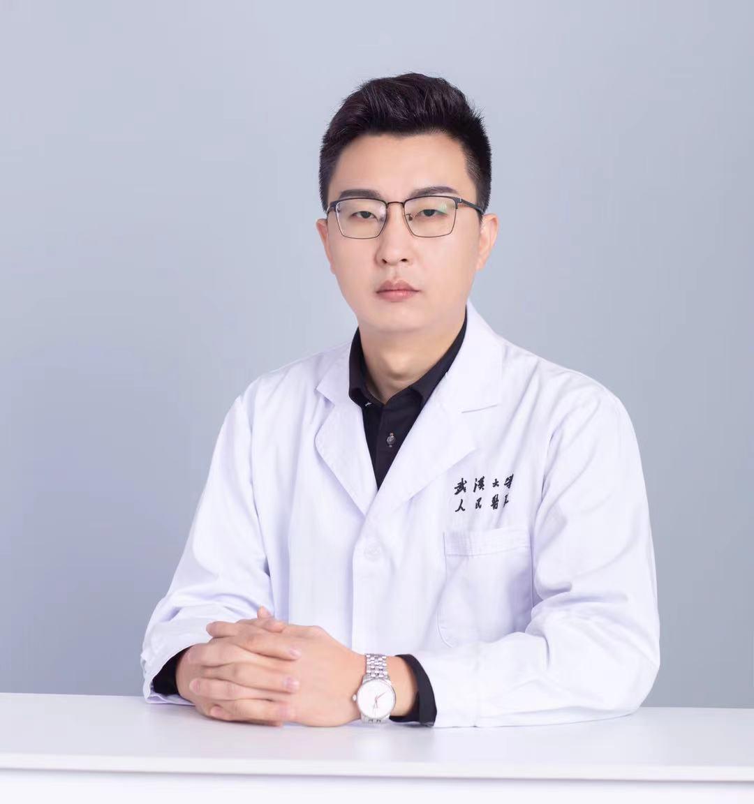 武汉大学人民医院:00 后女大学生突发癫痫,85 后男医生高铁上挺身而出救人