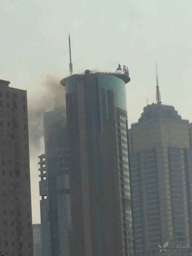 上海长征医院突发大火 现场浓烟滚滚