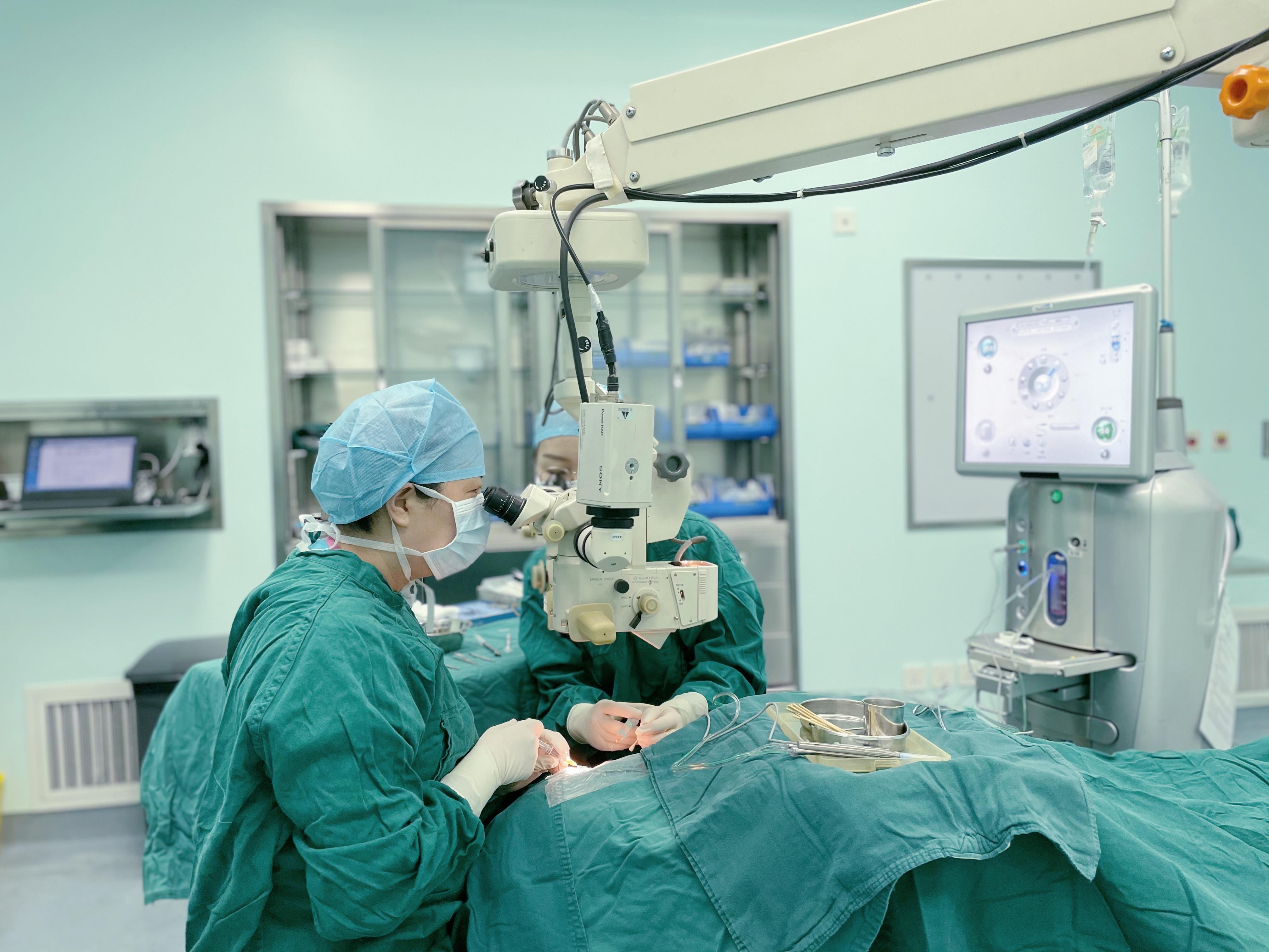 老汉打板栗眼睛「很受伤」  三次手术才保住眼球和视力