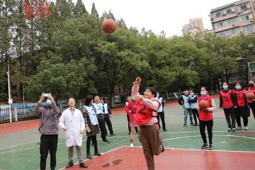 武汉大学中南医院举办减重运动会,220 斤男子瘦身成功带着胖爸参赛